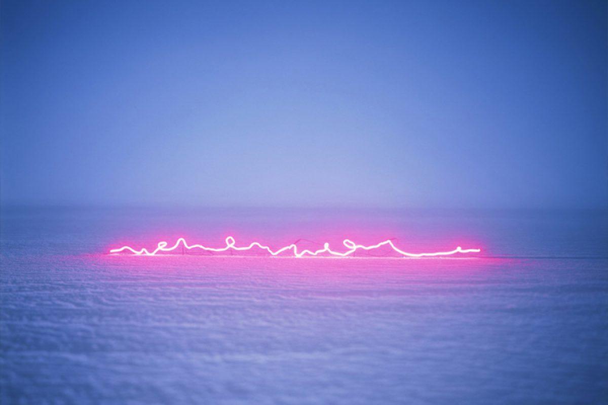在大雪与细沙上,用霓虹的灯光在空中涂鸦